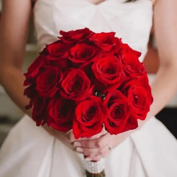 Красные розы в букете невесты - изысканный выбор для стильной и особенной свадьбы