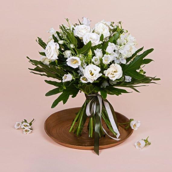 זר פרחים לבנים בתל אביב