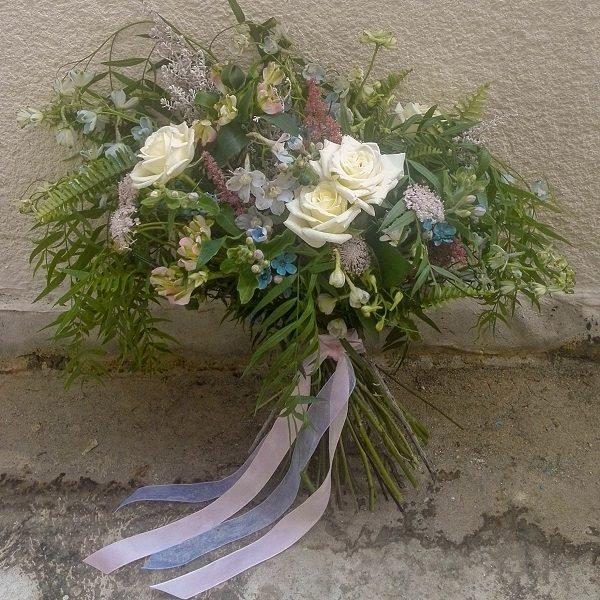 Лучший букет к празднику - стильные белые розы