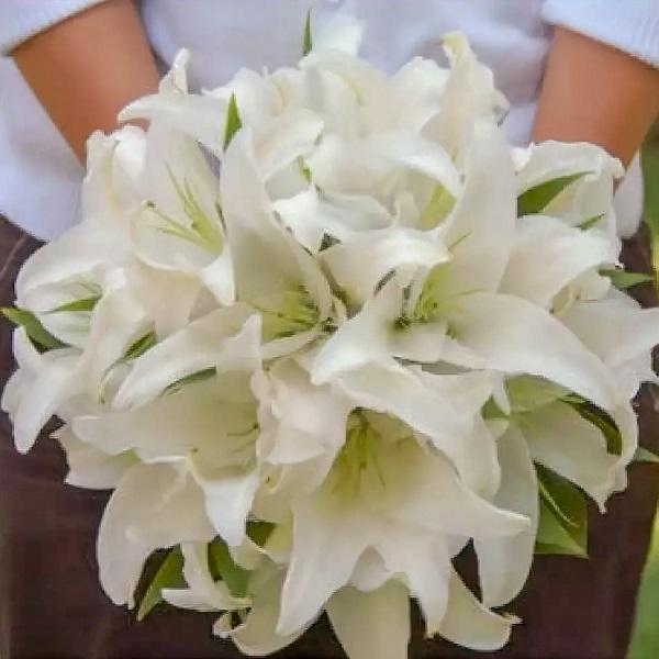 Красивый букет невесты из белых лилий для особенной свадьбы с доставкой - Гедера, Явне, Рамле и другие города Израиля