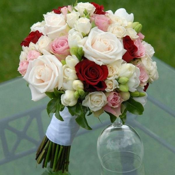 Букет цветов для невесты из белых, розовых и красных роз дешево с доставкой при заказе он-лайн